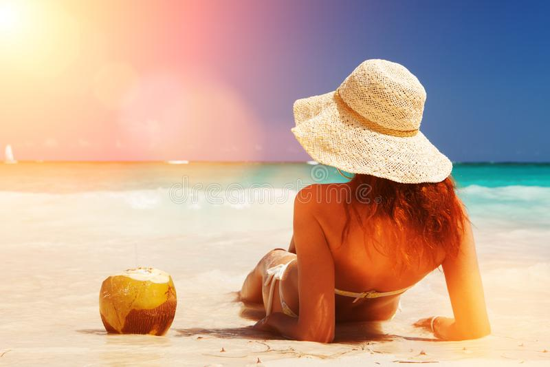 La mujer de la moda de los j?venes se relaja en la playa Forma de vida feliz de la isla Arena blanca, cielo nublado azul y mar de foto de archivo libre de regalías