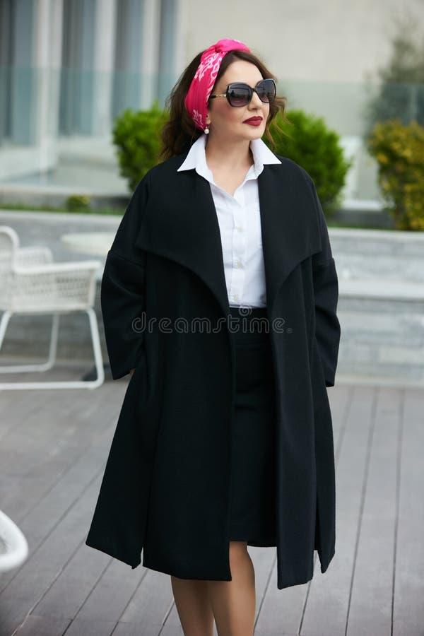 La mujer de negocios acertada lleva la camisa blanca de moda y la falda negra imagen de archivo libre de regalías