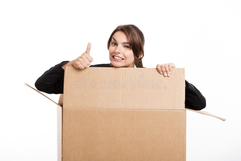 La mujer de negocios aparece dentro de una caja de tarjeta grande fotografía de archivo libre de regalías