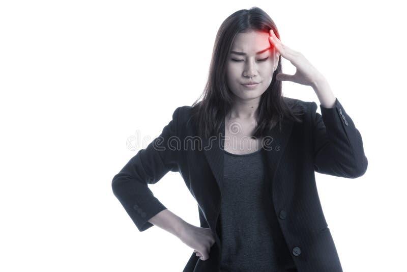 La mujer de negocios asiática joven consiguió enferma y dolor de cabeza imagenes de archivo