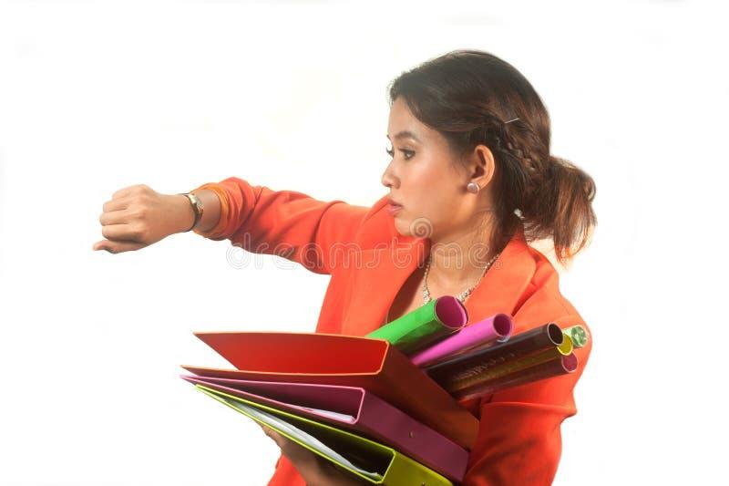 La mujer de negocios que sostiene carpetas y los papeles está precipitado. fotos de archivo libres de regalías