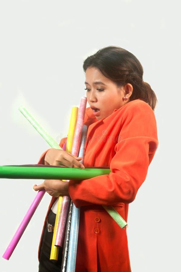 Mujer de negocios ocupada con muchos papeles coloridos, aislados encendido imagenes de archivo