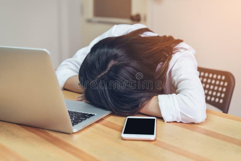 La mujer de negocios cansó un sueño en el cuarto de la oficina mientras que trabajaba Debido a tiempo suplementario durante mucho imágenes de archivo libres de regalías
