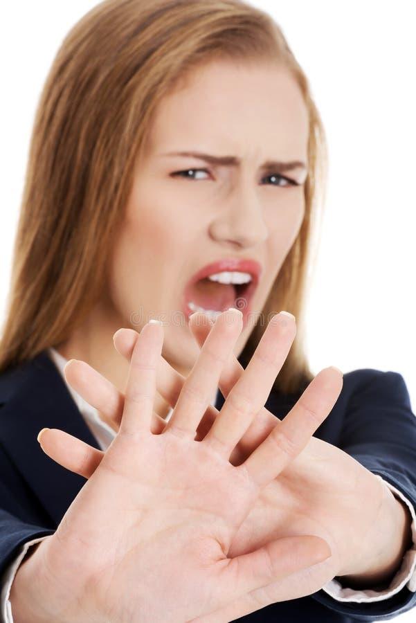 La mujer de negocios caucásica hermosa muestra el rechazo y grita. imagenes de archivo