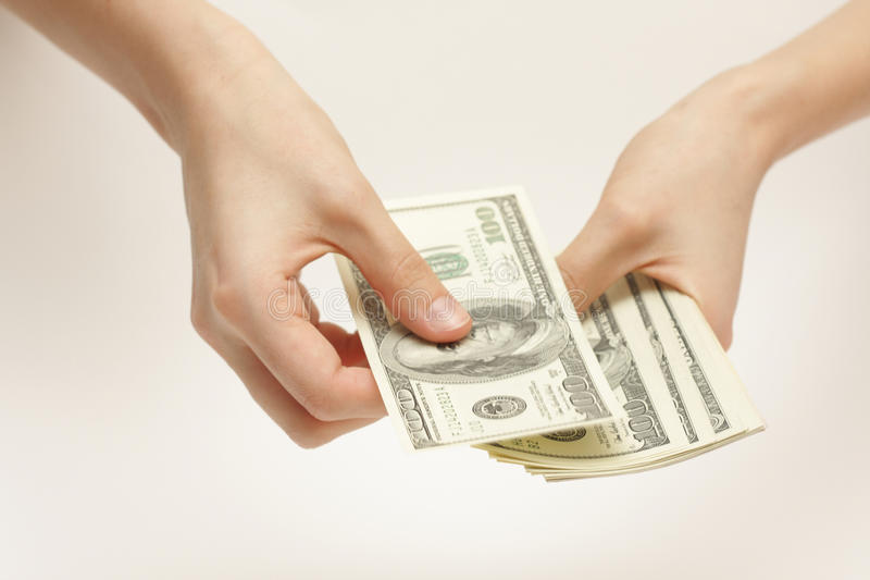 La mujer de negocios cuenta el dinero imagen de archivo
