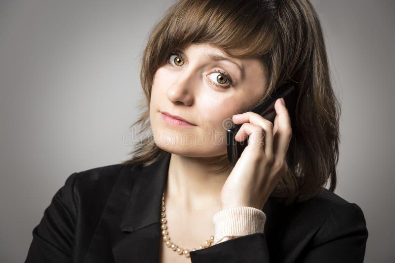Mujer de negocios en el teléfono móvil fotos de archivo libres de regalías