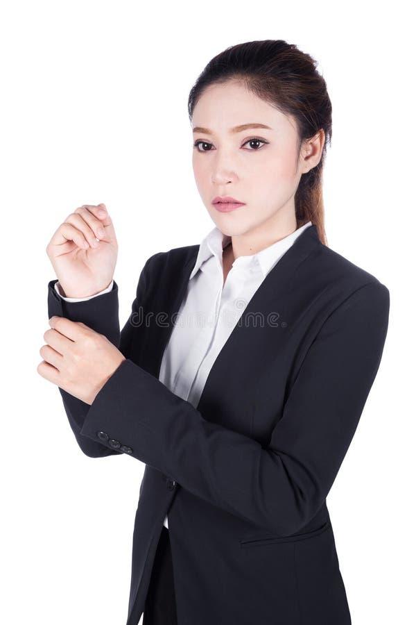 La mujer de negocios en traje negro se está vistiendo para arriba aisló en blanco imágenes de archivo libres de regalías