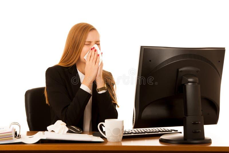 La mujer de negocios enferma trabaja en la oficina - enfermedad en trabajo fotografía de archivo libre de regalías