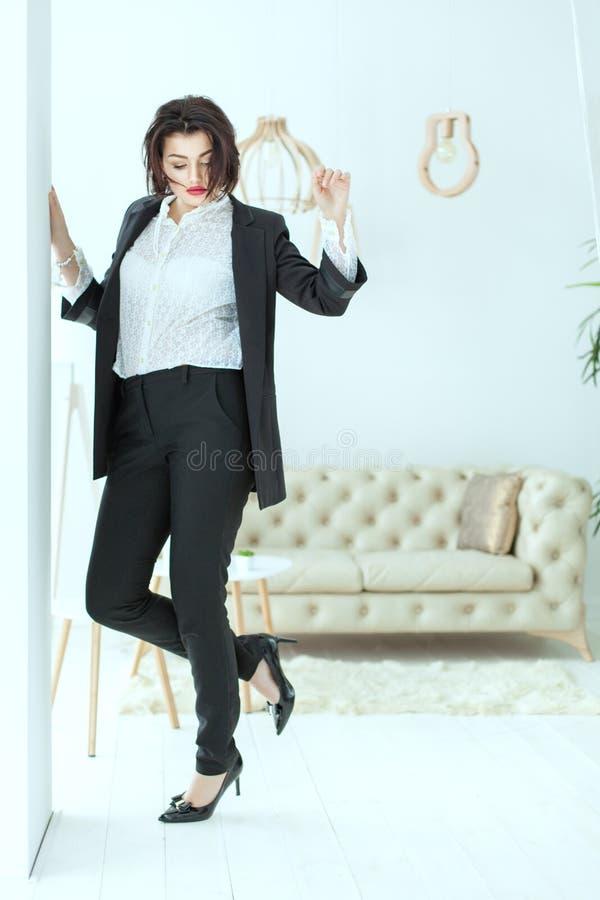 La mujer de negocios está bailando imagenes de archivo
