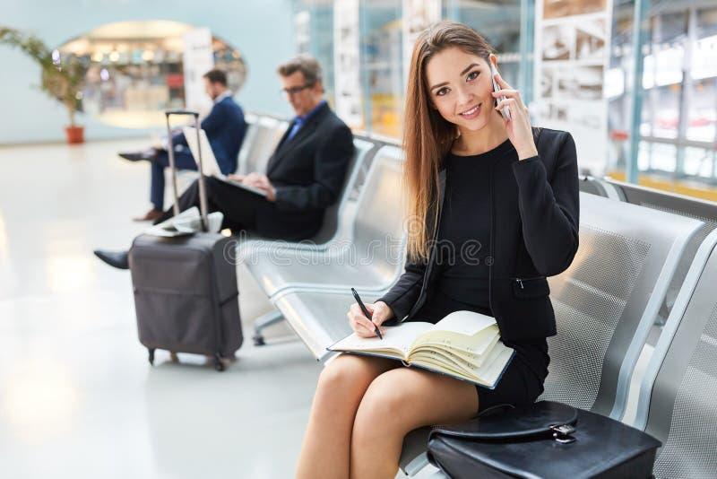 La mujer de negocios está hablando en el teléfono móvil foto de archivo libre de regalías