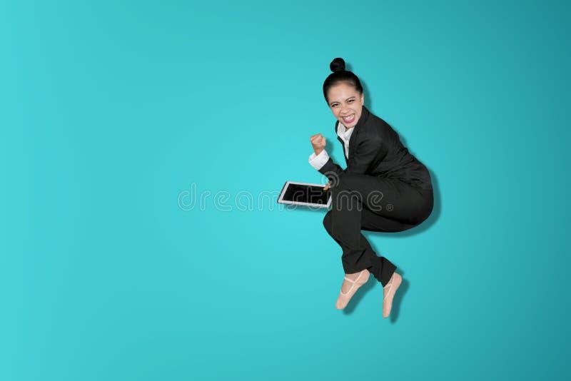 La mujer de negocios feliz celebra éxito por salto fotos de archivo libres de regalías