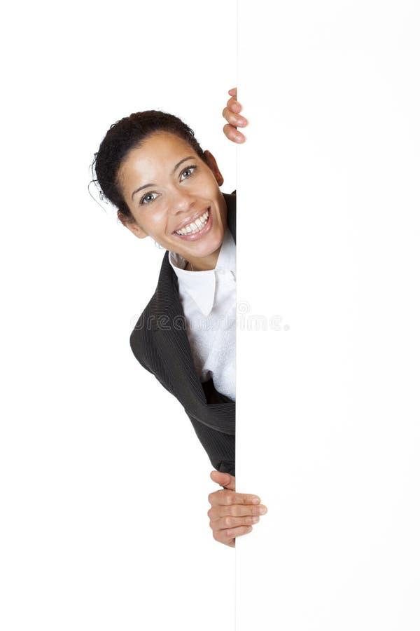 La mujer de negocios feliz sostiene la cartelera con el espacio del anuncio imagenes de archivo
