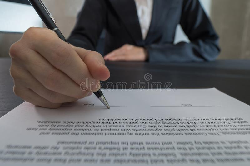 La mujer de negocios firma el contrato, negocio acertado foto de archivo libre de regalías