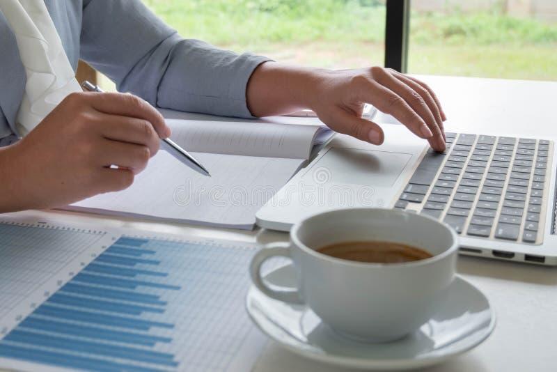 La mujer de negocios ha analizado la carta, fijó las blancos para el nuevo éxito de la gestión imágenes de archivo libres de regalías