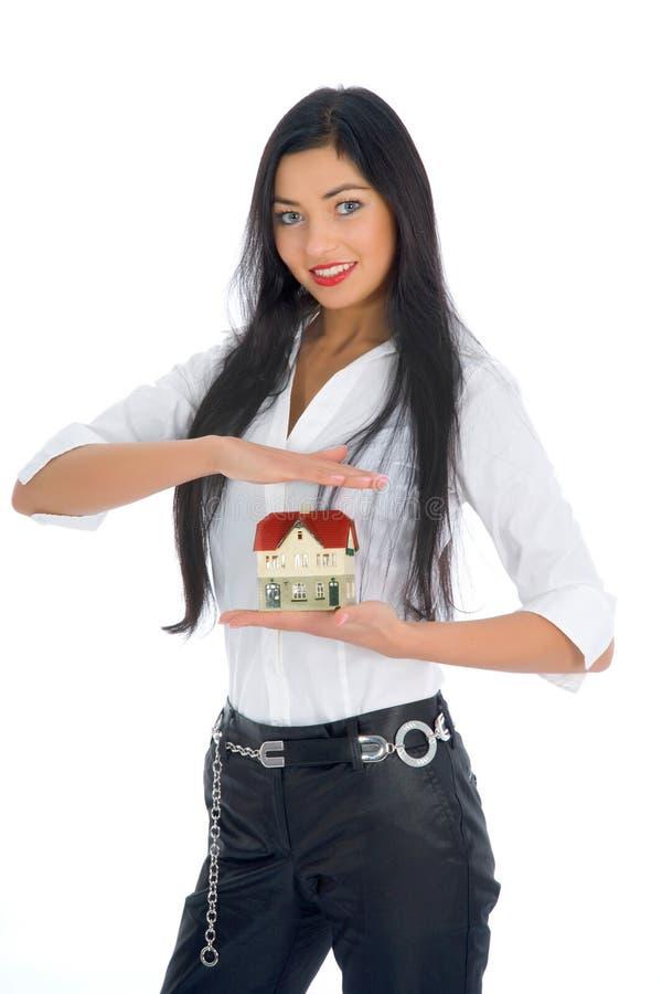La mujer de negocios hace publicidad de las propiedades inmobiliarias fotografía de archivo