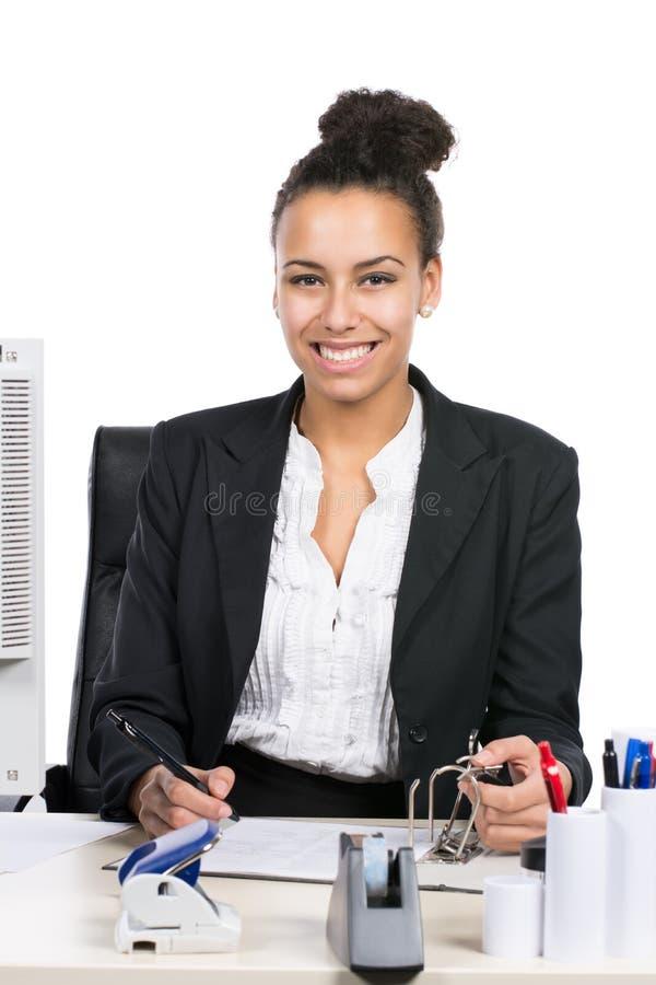 La mujer de negocios joven escribe en un fichero imagen de archivo
