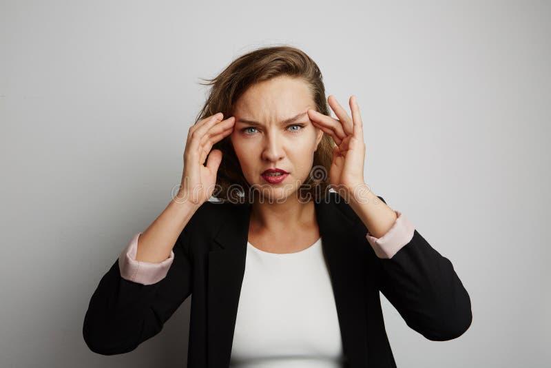 La mujer de negocios joven incurrió en una equivocación, foto del estudio en un fondo blanco imágenes de archivo libres de regalías