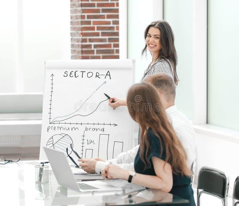 La mujer de negocios lleva a cabo una presentaci?n de un nuevo proyecto imagenes de archivo