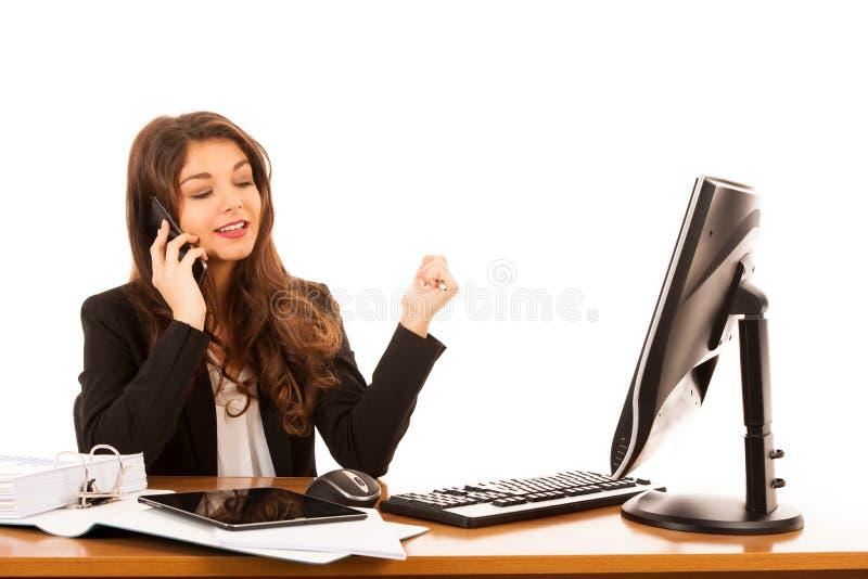 La mujer de negocios morena joven hermosa habla en el teléfono elegante sobre el fondo blanco imagenes de archivo
