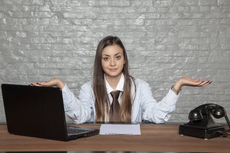 La mujer de negocios no sabe si firmar un contrato o no imagen de archivo