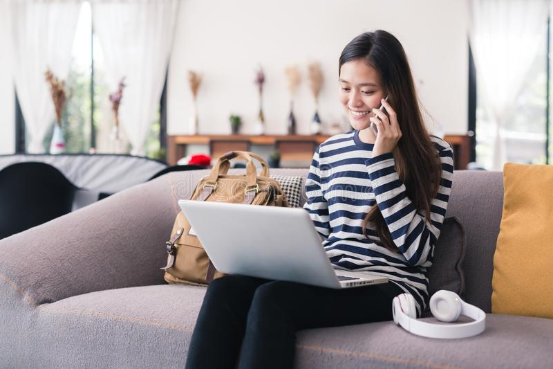 La mujer de negocios de la nueva generación está trabajando con un cuaderno y un sma fotos de archivo