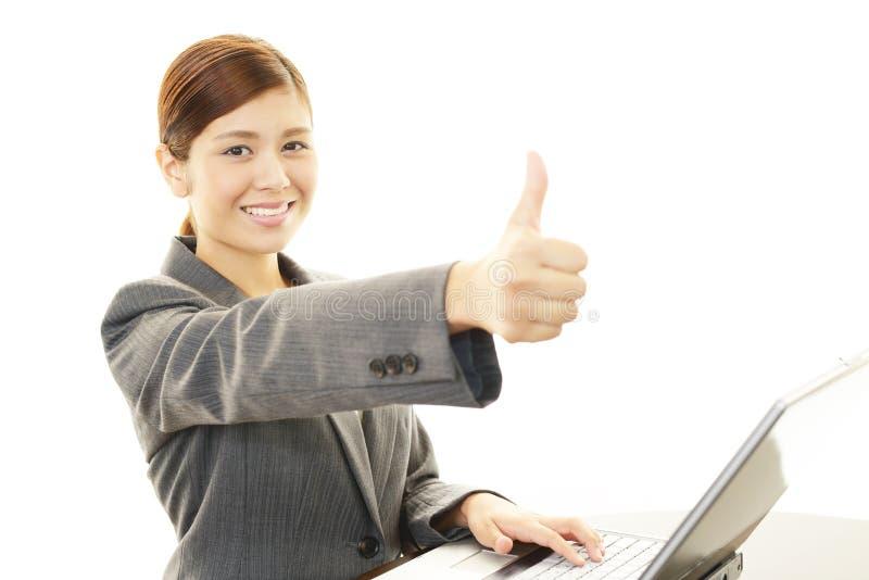 La mujer de negocios que muestra los pulgares sube la muestra fotos de archivo libres de regalías