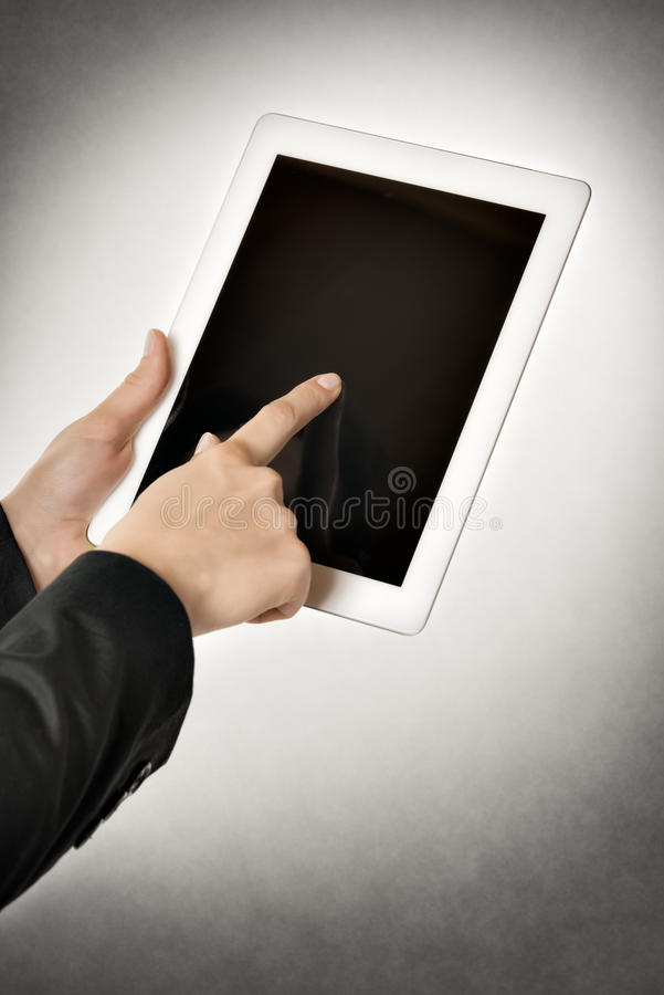 La mujer de negocios señala la tableta imágenes de archivo libres de regalías