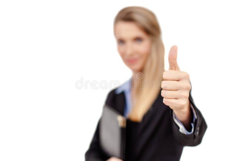 La mujer de negocios sonriente que muestra los pulgares sube la muestra imágenes de archivo libres de regalías