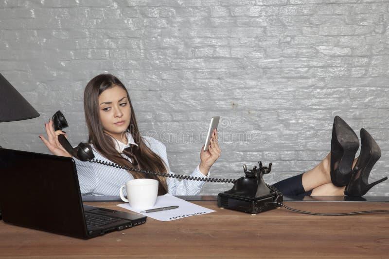 La mujer de negocios tiene bastantes llamadas de teléfono imagen de archivo