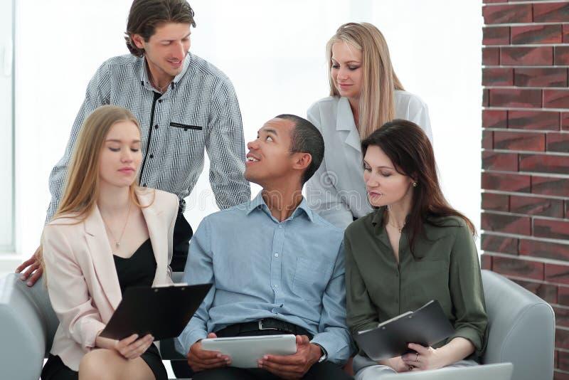 La mujer de negocios y su negocio combinan discutiendo los datos con una tableta fotografía de archivo