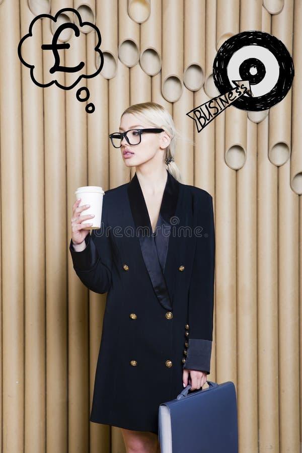 La mujer de pensamiento que mira para arriba en el dinero firma adentro la blanco de la burbuja y del bosquejo Concepto del diner imagen de archivo