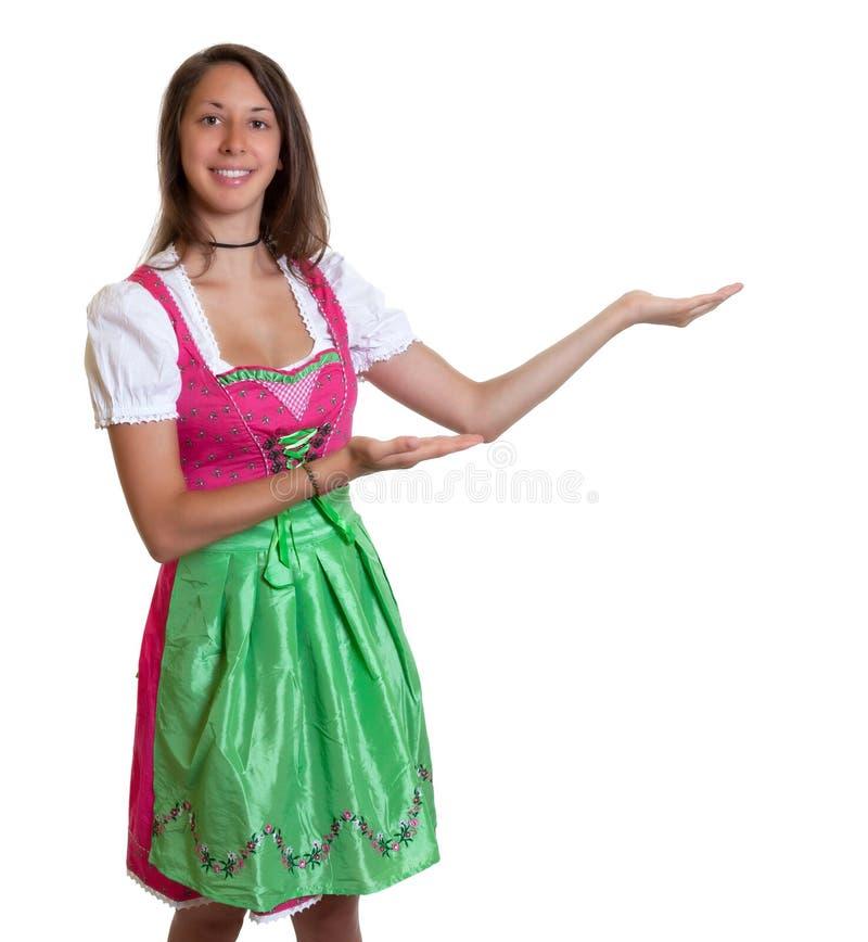 La mujer de risa con el pelo marrón de Baviera presen imagen de archivo libre de regalías