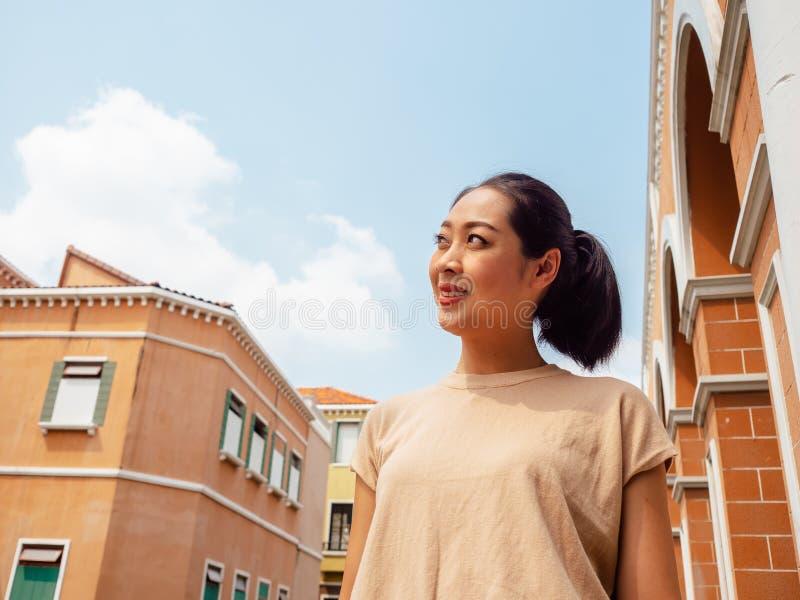La mujer de la sonrisa se está colocando al aire libre en el verano fotografía de archivo