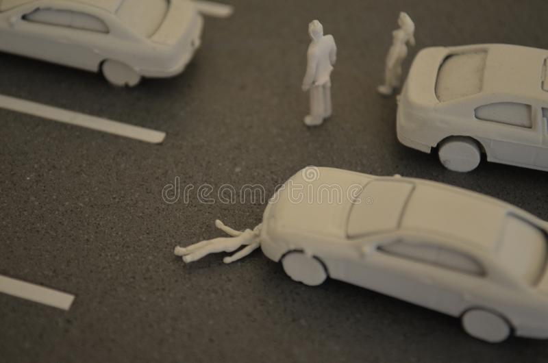 La mujer del accidente de tráfico consigue golpe por un coche en un estacionamiento Seguridad en carretera imagenes de archivo