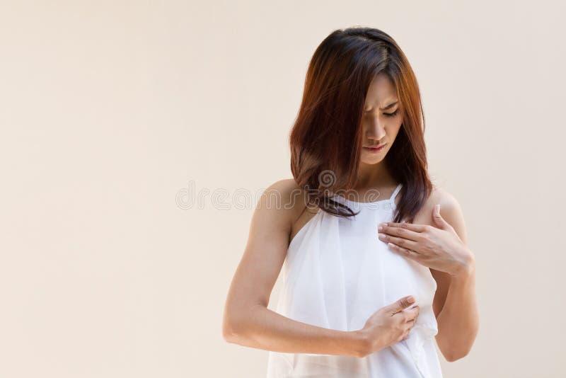 La mujer del cáncer de pecho examina su pecho foto de archivo libre de regalías