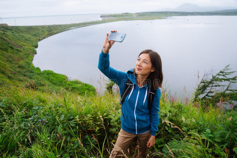La mujer del caminante toma el autorretrato de las fotografías imagen de archivo