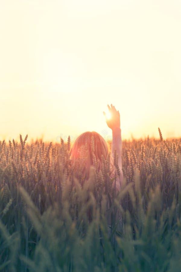 La mujer del inconformista saluda el sol en la muestra de la libertad imagen de archivo