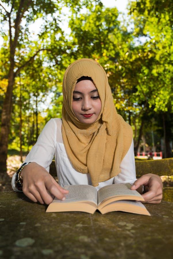 La mujer del Islam leyó un libro foto de archivo