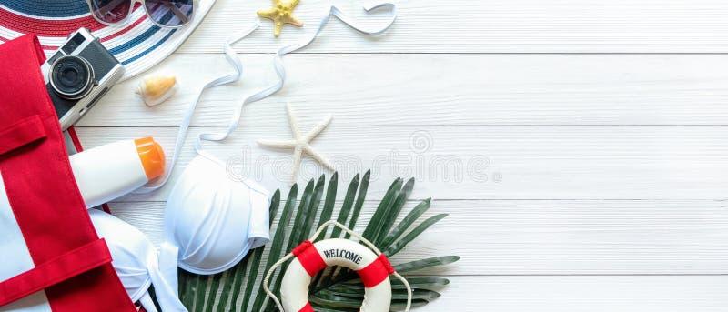 La mujer del viajero de los artículos y de los accesorios del verano, bikini blanco, cámara va a las vacaciones del día de fiesta imagen de archivo libre de regalías