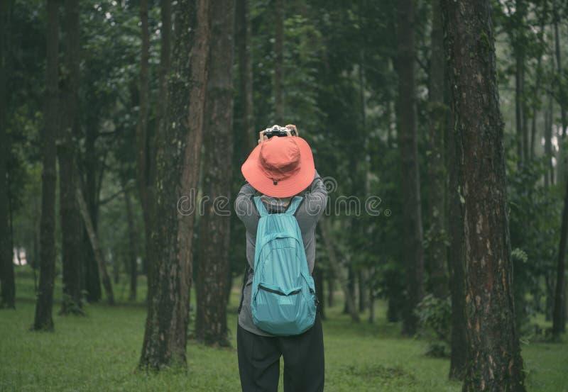 La mujer del viajero del inconformista de la libertad que se coloca con la mochila y goza fotografía de archivo