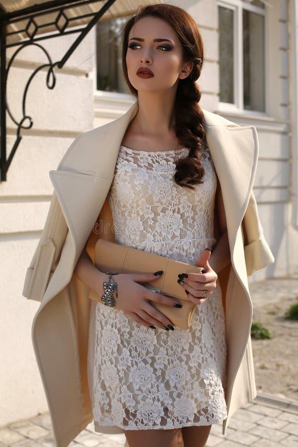 La mujer delicada hermosa en lanas elegantes cubre y ata el vestido fotos de archivo