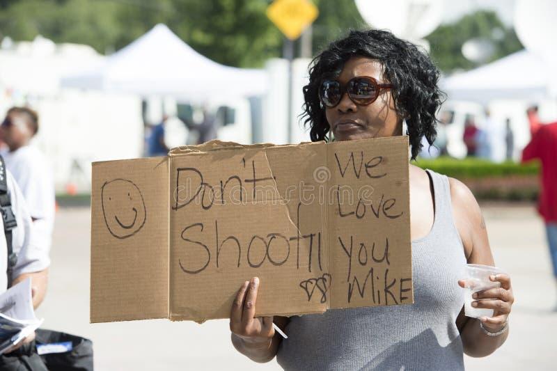 La mujer demuestra en Ferguson, MES fotografía de archivo libre de regalías