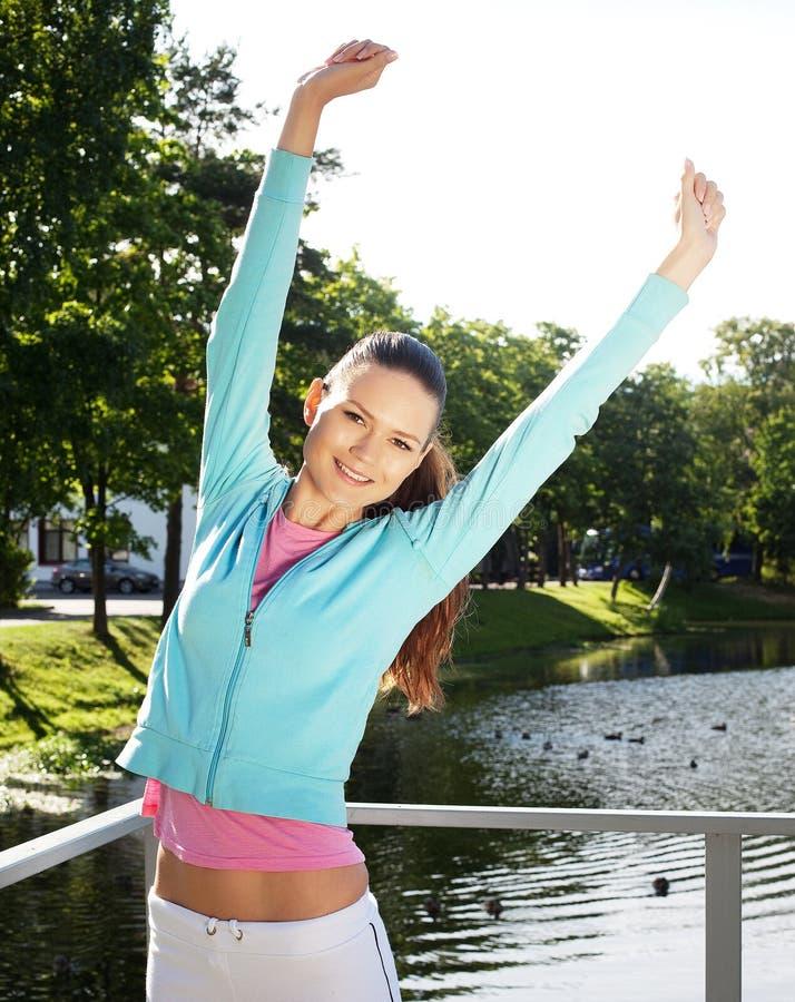 La mujer deportiva salta al aire libre imagen de archivo libre de regalías