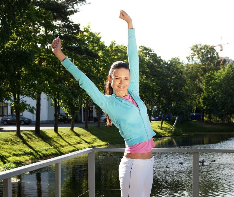 La mujer deportiva salta al aire libre fotos de archivo libres de regalías