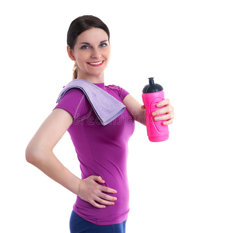 La mujer deportiva sonriente en el T-cortocircuito violeta sobre blanco aisló el fondo fotos de archivo