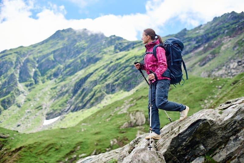 La mujer desciende el terreno rocoso Montañas de Fagaras, Rumania imagenes de archivo