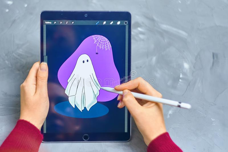La mujer dibuja en ipad imágenes de archivo libres de regalías