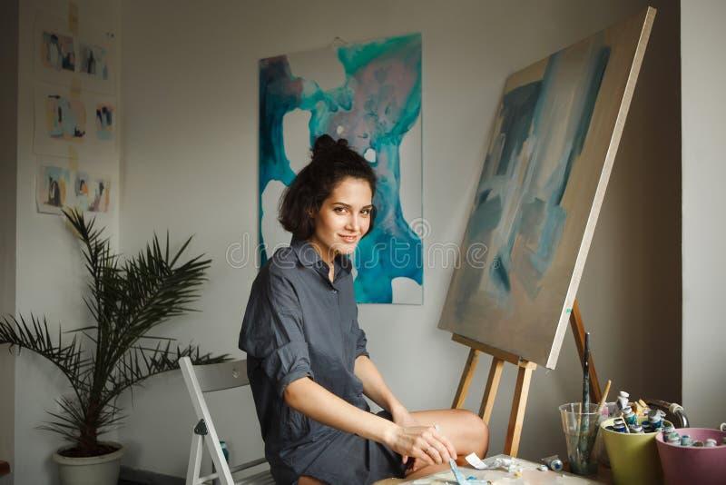 La mujer dibuja la imagen en el estudio casero Concepto de terapia de los artes fotos de archivo libres de regalías