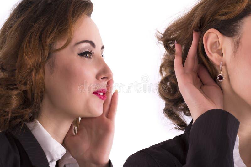 La mujer dijo, mujer que escuchaba el chisme imagenes de archivo