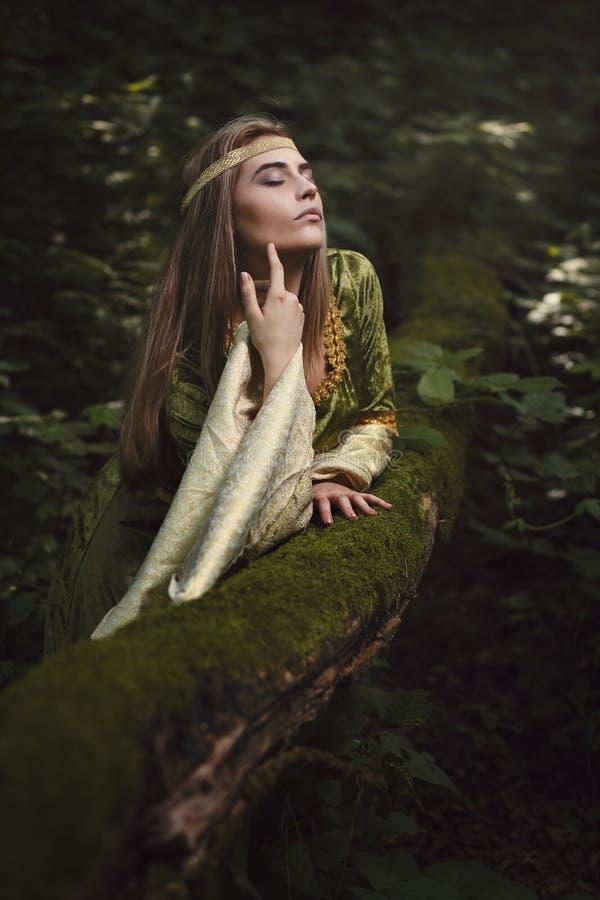 La mujer disfruta de belleza del bosque imagenes de archivo
